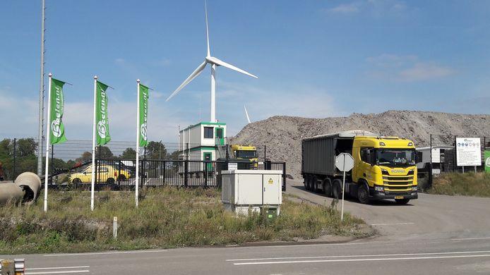 Vrachtwagen waarmee Amsterdams zuiveringsslib bij Beelen op de Axelse Vlakte is afgeleverd.