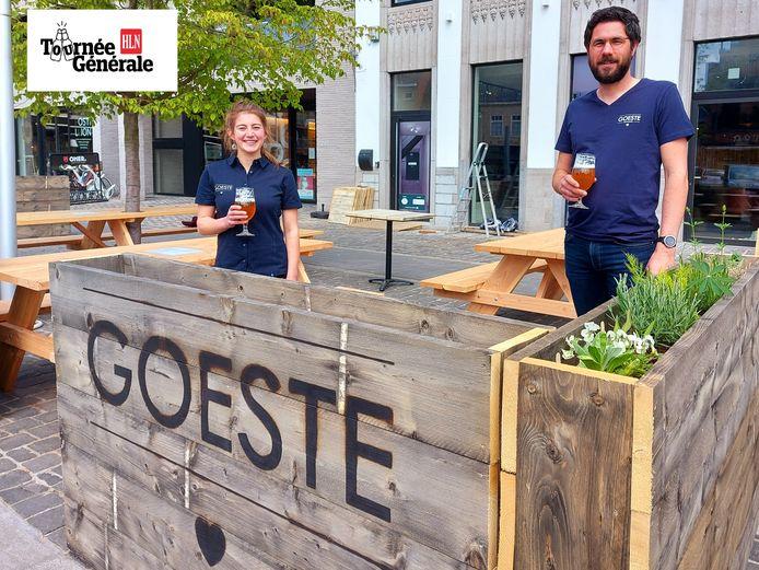 Zaalmedewerkster ijs-en eethuis Goeste Tine Geldof en zaakvoerder Bart Mostaert.