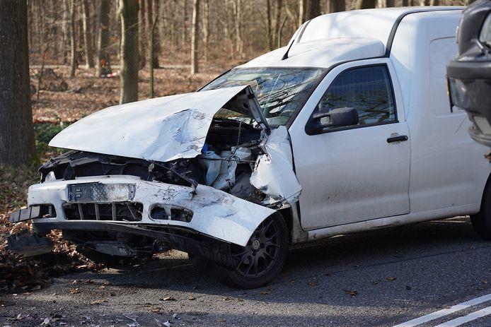 Flinke schade aan auto's door ongeluk in Rijen.