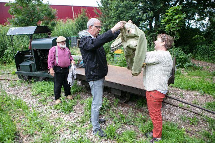 Machinist en bijenhouder Rob Triest (links) heeft de imkers Rudie Bierma en Johan Jansen per treintje vervoerd naar zijn bijenkasten, die zij voor een workshop komen bewonderen.