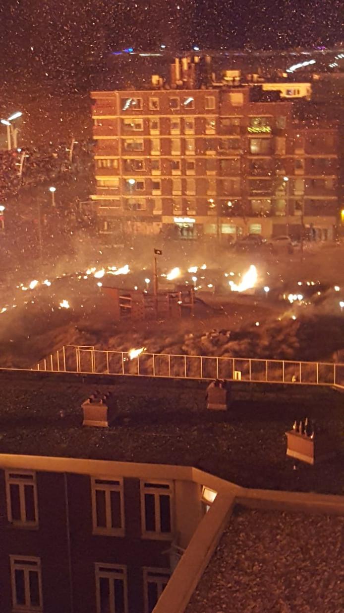 De vonken zorgen overal in Scheveningen voor meer brandjes.