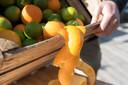 Van sinaasappelschillen kunnen cosmetische producten worden gemaakt.