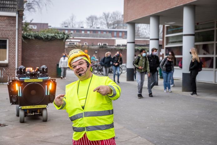 Clown Milko Steijvers wenst eindexamenkandidaten van het Jan van Brabant College in Helmond via een online video succes.