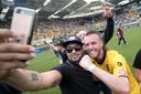Nathan Rutjes maakt een selfie met een fan.