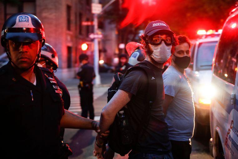 Sigrid Nunez: 'Ik zat laatst naar CNN te kijken, de George Floyd-betogingen, toen ik plots mijn eigen gebouw herkende. Het stond in brand!' Beeld AP
