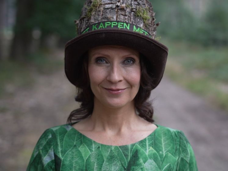 Esther Ouwehand protesteert met outfit tegen bomenkap