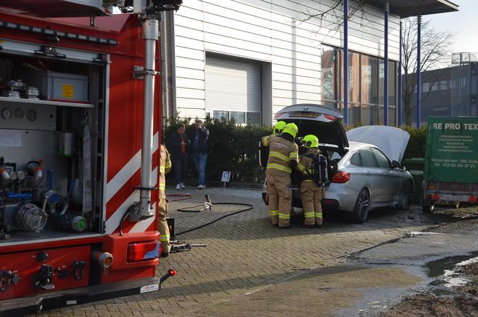 De auto vloog in brand aan de Marconistraat in Ede.