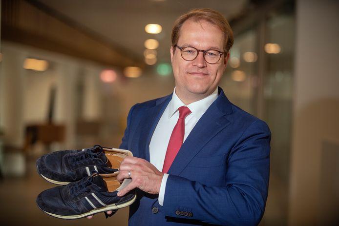 Op zijn sneakers en met een verzonnen levensverhaal klopte Maarten van Vierssen aan bij de sociale dienst. Om te leren waar hij het als wethouder eigenlijk over had.