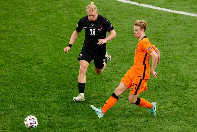 Frenkie de Jong in duel met  Xaver Schlager. Beeld AFP