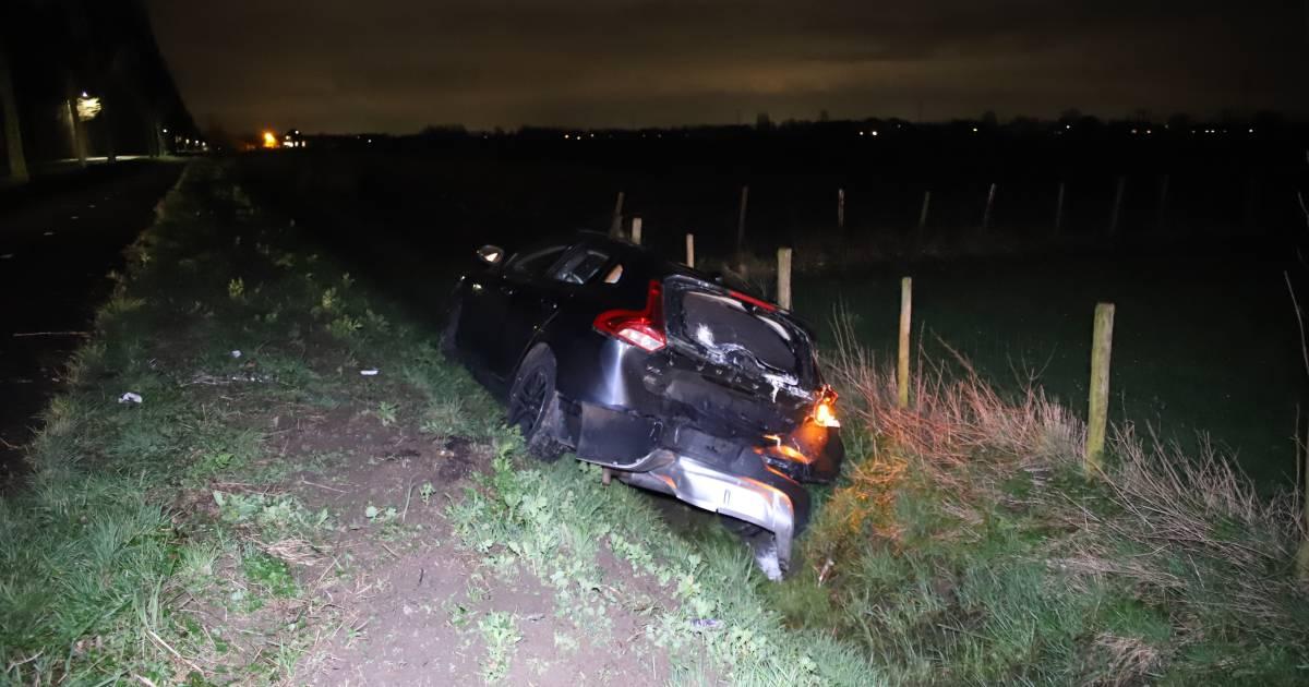 Auto in droge sloot gelanceerd door botsing met bedrijfsbus: drie gewonden.
