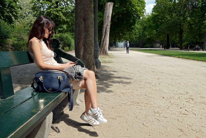 Une femme se détend dans le parc de Bruxelles (archives).