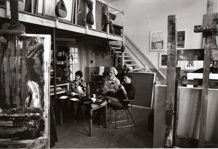 Nadat de meisjesschool uit klooster Nazareth aan het Binderseind in Gemert was vertrokken, namen kunstenaars er hun intrek. Op deze foto uit 1988 flankeren in kunstenaarscentrum Nazareth de kunstenaars Patry Sips en Annie van Bokhoven de inmiddels overleden Gemertse kunstenaar Jan van Gemert.