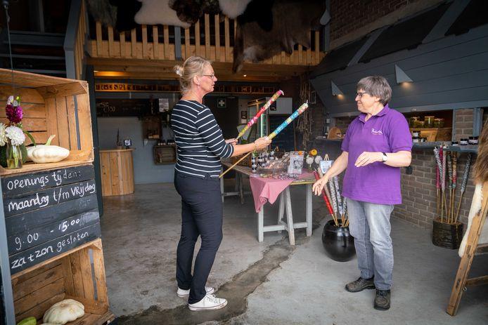 Bemmel 3108-Carla Hofman en cliënt Sandra, van stichting Philidelphia, bij boerderij Breedelaar /EH-dgfoto