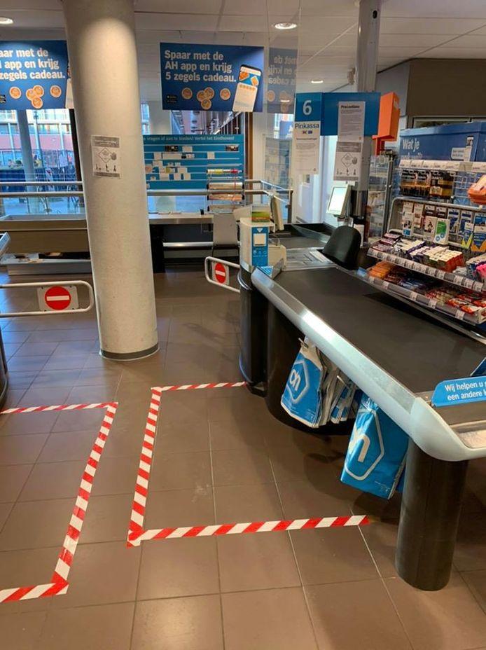 Strepen op de vloer bij de kassa om 1,5 meter afstand tussen de klanten aan te duiden.