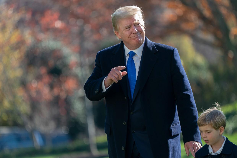 Donald J. Trump, op de foto met kleinzoon Theodore Kushner,  zal de komende jaren veel in de rechtbank te zien zijn.  Beeld EPA