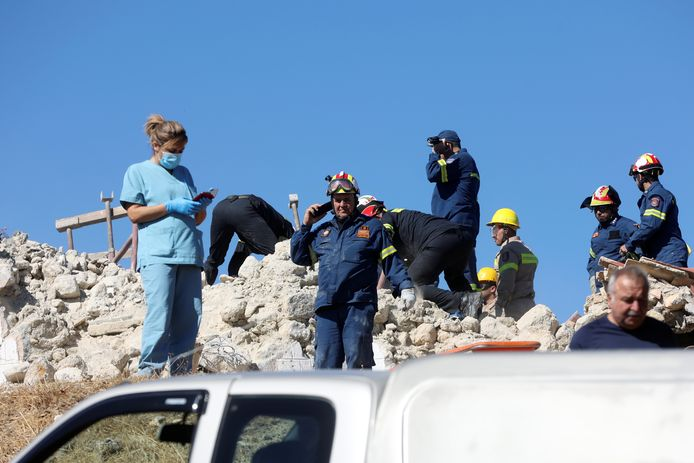 Reddingswerkers bij de ingestorte kerk in het dorp Arkalochori.