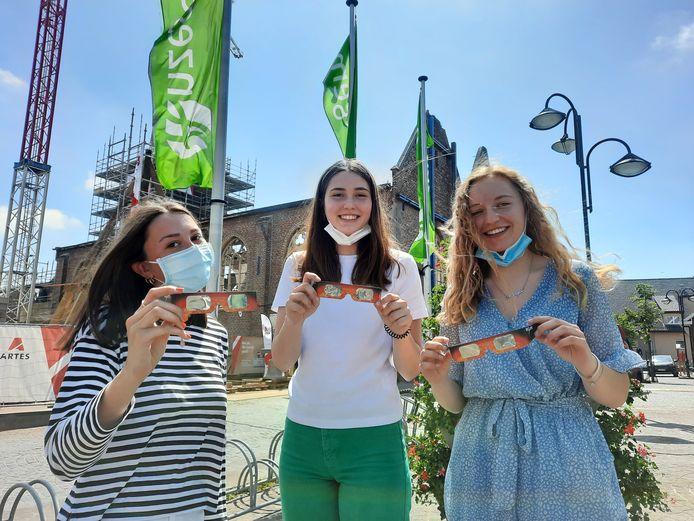 In Anzegem stonden tieners Ilse Dekens, Rune Decuypere en Margot Vanhoethem vol enthousiasme naar de lucht te staren, met brilletjes dat ze op het Hemelvaartcollege in Waregem hadden gekregen.