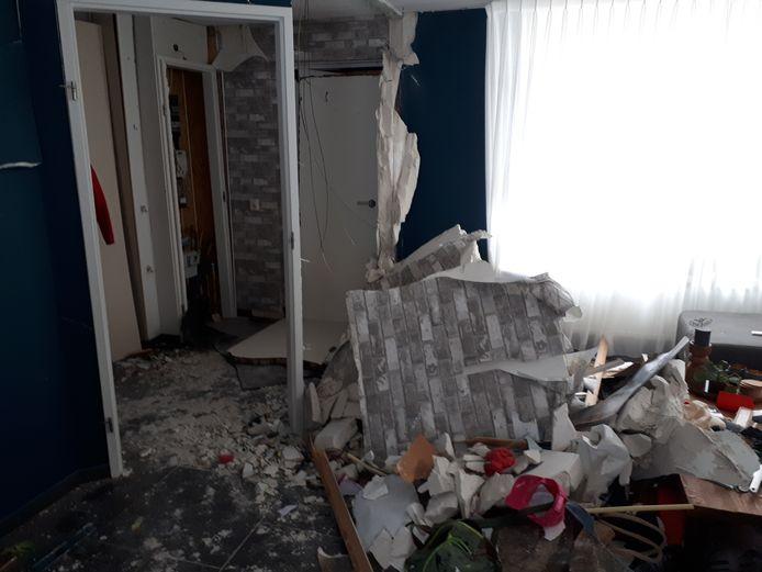 De vuurwerkbom richtte grote schade aan in de woning aan de Golfoploop in Urk.