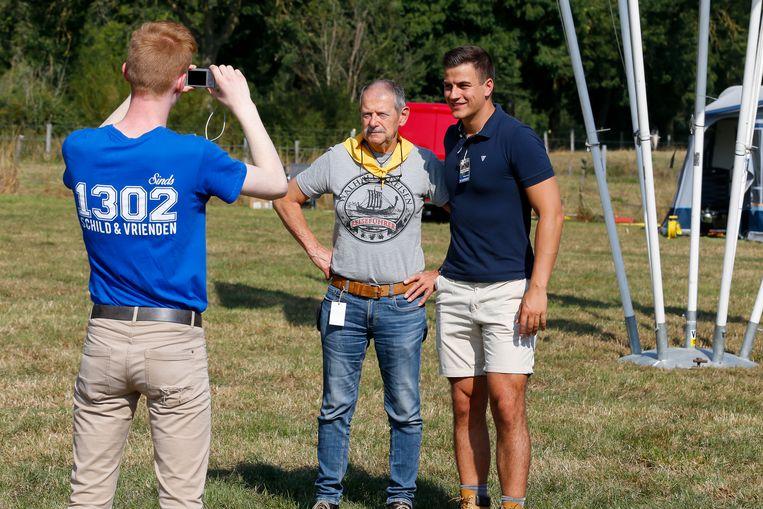 Schild & Vrienden-oprichter Dries Van Langenhove poseert met een fan op de IJzerwake in 2019. Beeld BELGA
