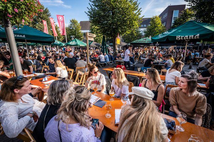 Volle bak zaterdag tijdens Hop & Hap in Uden. Alles bij elkaar bezochten zo'n 1800 mensen het bierfestival.