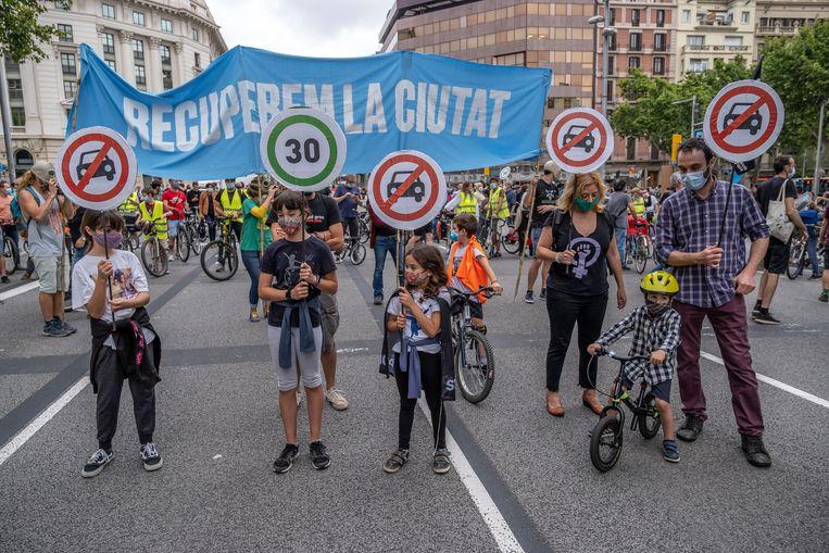 Een betoging in Barcelona tegen de uitstoot van uitlaatgassen. De stad kent nu relatief veel auto's. Beeld SOPA Images/LightRocket via Gett