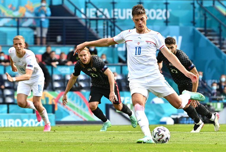 Patrik Schick neemt een penalty tegen Kroatië, een van zijn drie doelpunten op dit EK.  Beeld EPA