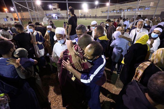 Mensen omhelzen elkaar bij de vrijlating van de 78 gevangenen in Tripoli.