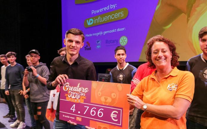 Lars van Dijk overhandigt de cheque aan KiKa