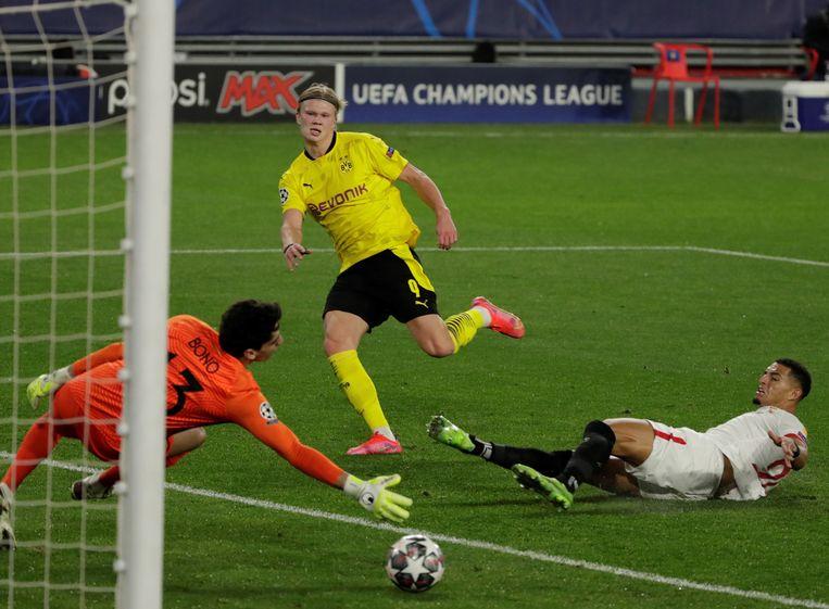 Haaland maakt zijn tweede doelpunt in het Champions League-duel met Sevilla. Beeld EPA