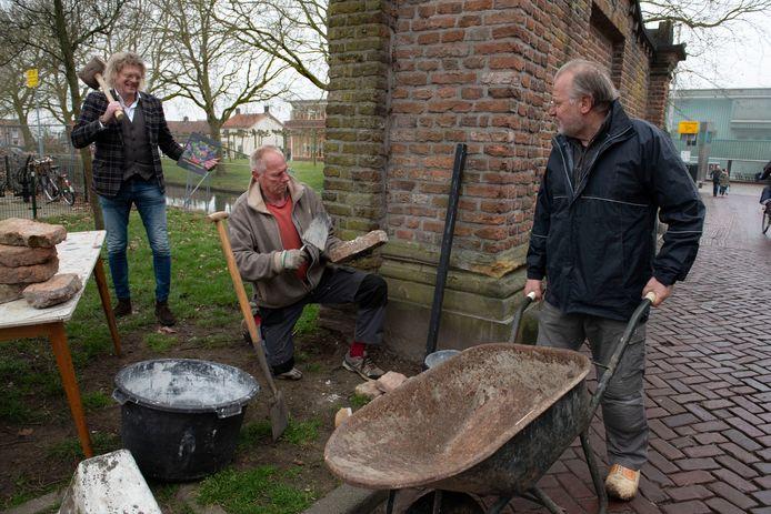 Vrijwilligers Bert Murk (l.), Wim van Sijl en Bart Rietveld willen de stadsmuur weer terug.