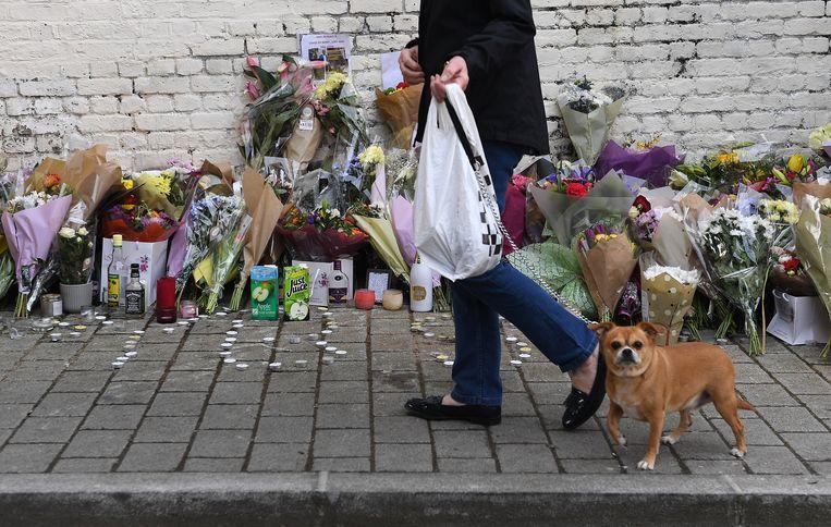 Bloemen ter herdenking van de 18 jaar oude Israel Ogunsola, die vorige week werd vermoord in Hackney, in het noordoosten van Londen. Beeld EPA