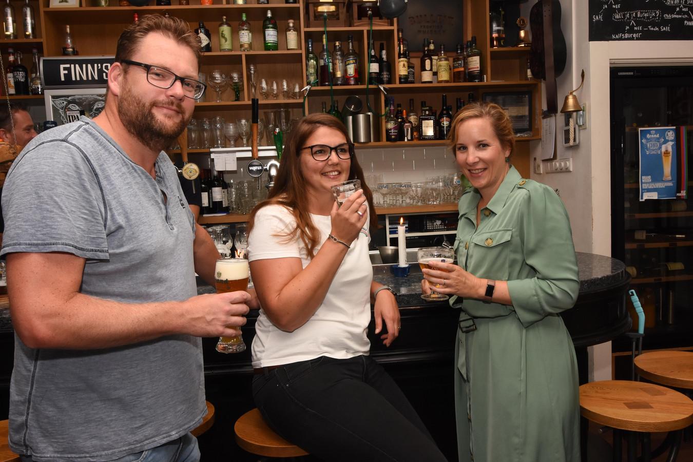 Elbert, Josy en Diana genieten van een drankje.
