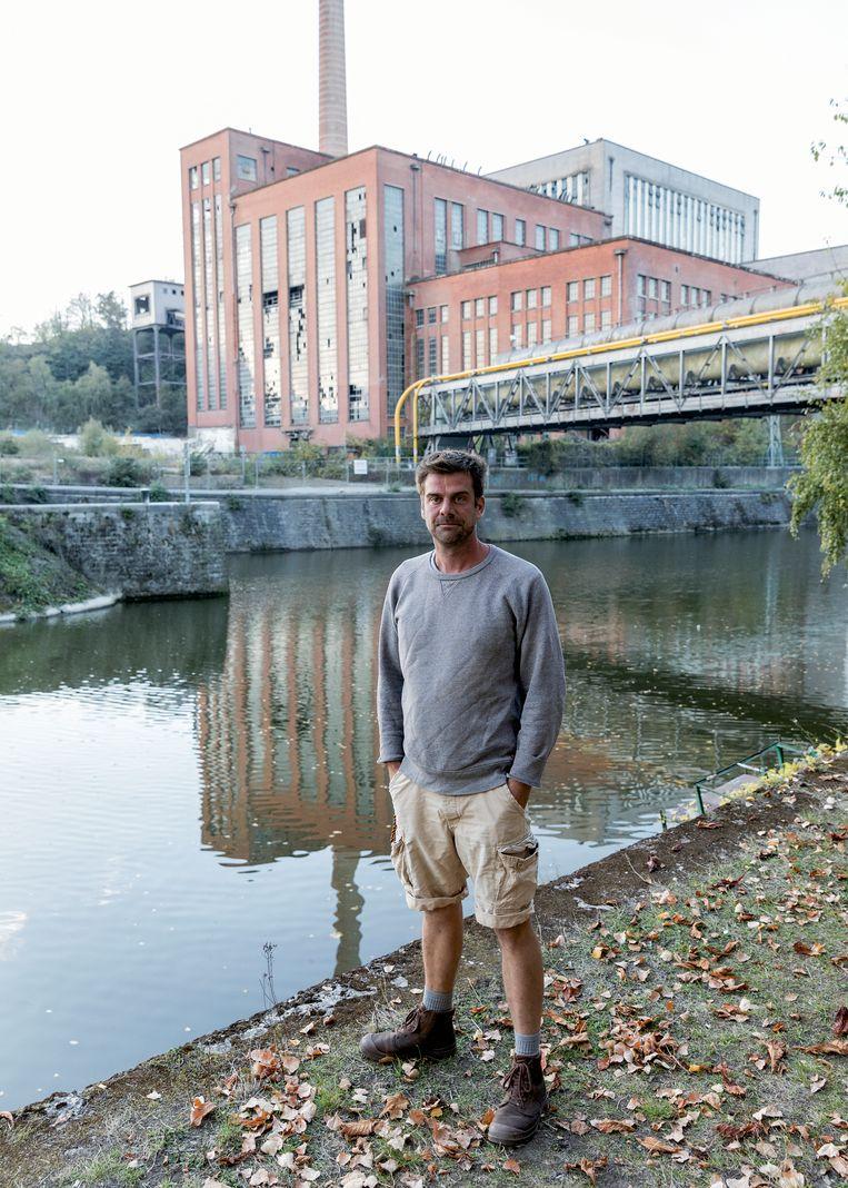 Kunstenaar Nicolas Buissaert toont het industriële erfgoed van de stad waar hij trots op is. Beeld Jef Jacobs