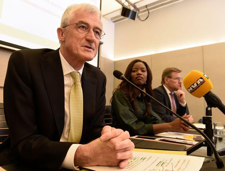 Geert Bourgeois, met naast zich Assita Kanko en Johan Van Overtveldt, licht het Europees programma van N-VA toe in Brussel. Beeld Photo News