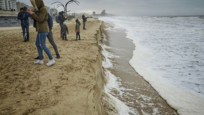 Storm zorgt voor gevaarlijke kliffen van twee meter hoog aan de kust