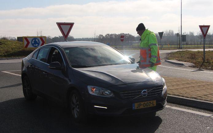 Aan het begin van de afgesloten N315 wordt bestemmingsverkeer richting Mentinksweg gescreend.