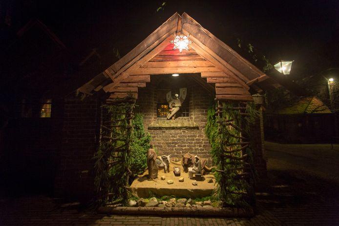Een sfeervol verlichte kerststal.