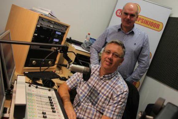 Presentator Bart Pepermans van 'Mechelse peper' (aan de micro, red.) en Peter Sweeck.
