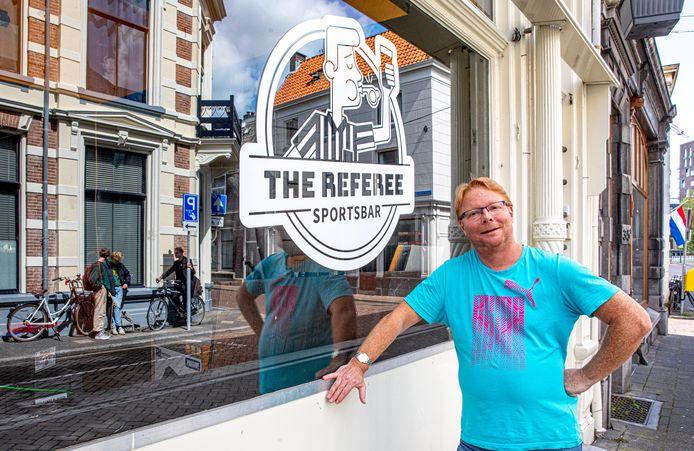 Mark Betting opende een jaar geleden sportsbar The Referee in Zwolle. Sport kijken op schermen mag vanwege de coronamaatregelen nog niet.
