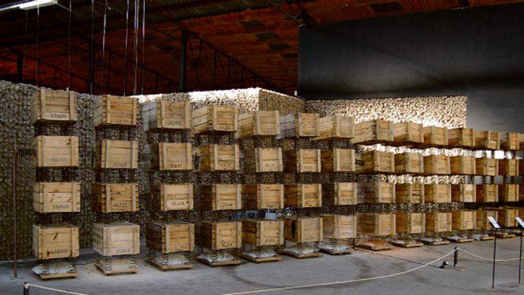 Monumentaal is de wand vol genummerde scheepskistjes met hun kopse kant naar de toeschouwer gericht. Simone Simons en Peter Bosch verbonden de kistjes onderling onderling met forse springveren en gaven ze elk een verschillende lading: glas, knikkers, hout, lood, metaal, kool, baksteen. (\N) Beeld