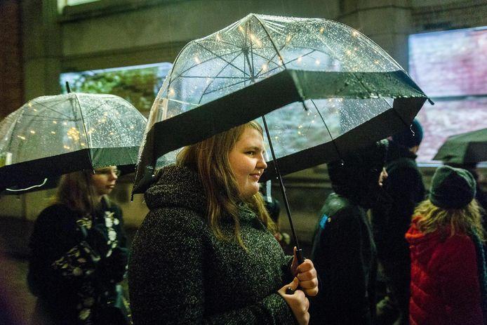 Een regenbui op het Lichtfestival? Daar hoort een paraplu met lichtjes bij.