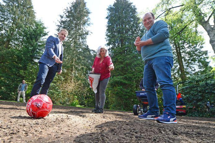Er komt een speciaal FC Twente-urnenveld op de Westerbegraafplaats in Enschede. Woensdag werd het gras ingezaaid door uitvaartondernemer Pedro Swier, Monique Kiekebos en Meindert van der Sluis (v.l.n.r.). Op de achtergrond Willy Berends.
