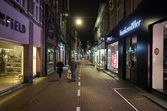 Een winkelstraat in Den Haag tijdens de lockdown. Het demissionair kabinet wil een avondklok instellen.