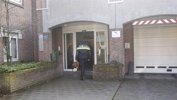 Een politieagent betreedt de Woenselse Poort.