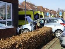 Auto botst tegen woning; één persoon naar het ziekenhuis