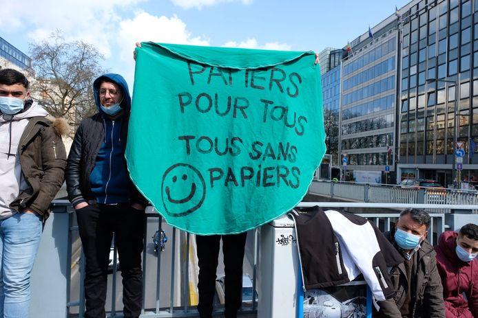 De manifestanten hielden even een rijstrook van de Wetstraat bezet.