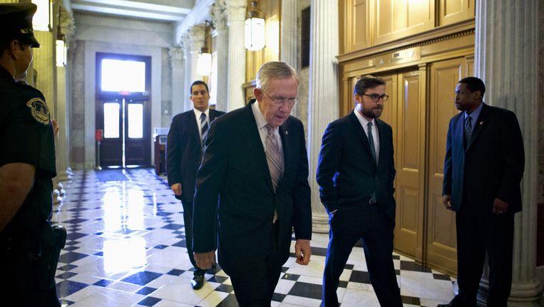 Harry Reid (vooraan) afgelopen vrijdag op weg naar de Senaat. Beeld ap