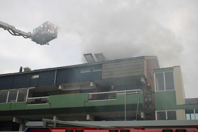Brandweerlieden in actie aan de Bastion in Lelystad. Meerdere woningen zijn ontruimd.