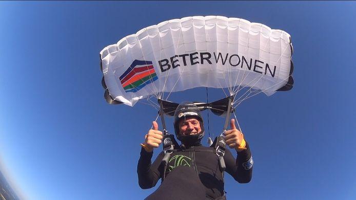 Dankzij een parachute geraakt Luc opnieuw veilig op de begane grond.