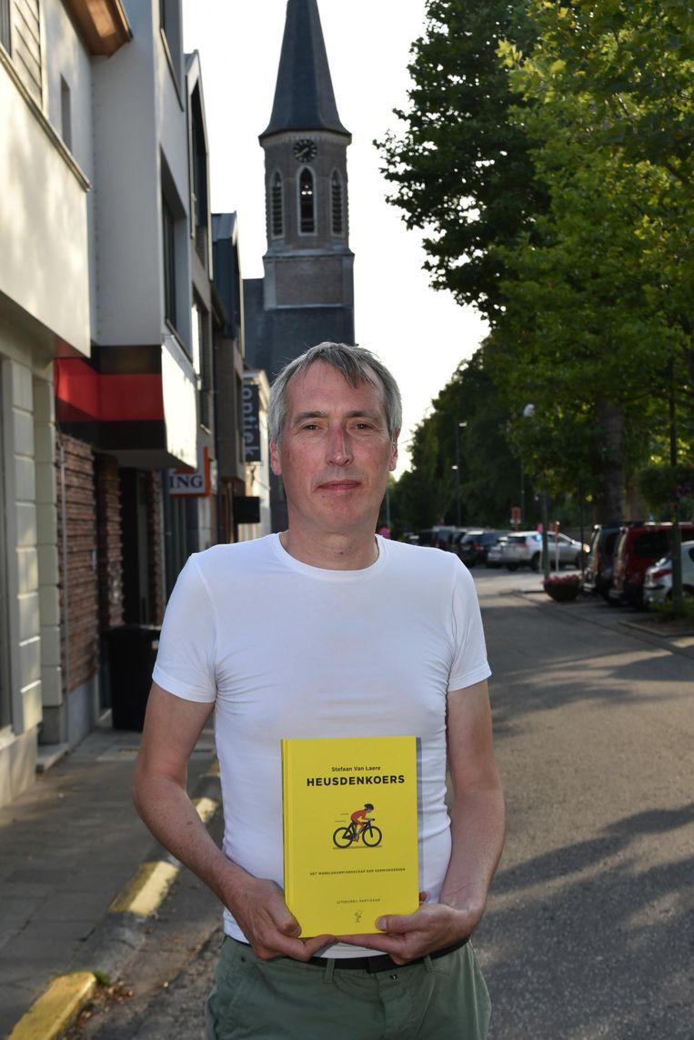 Stefaan Van Laere met zijn boek over Heusden Koers.